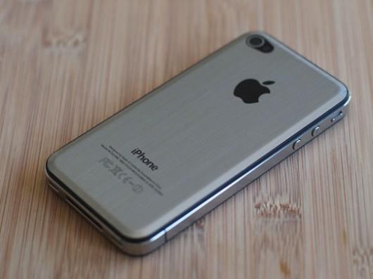 iPhone con cover effetto metallo